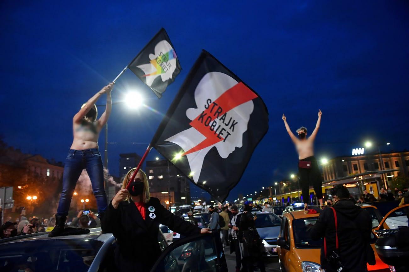 Varsó, 2020. október 26. Tüntetők tiltakoznak az abortusz feltételeit szigorító alkotmánybírósági döntés ellen Varsóban 2020. október 26-án. A lengyel alkotmánybíróság alkotmányellenesnek mondta ki az abortuszt a károsodott vagy fogyatékos embriók esetében. A lengyel nők csak abban az esetben kérhetik terhességük megszakítását, ha nemi erőszak áldozataiként vagy vérfertőző viszonyban termékenyültek meg, vagy a terhesség súlyosan veszélyezteti egészségüket. MTI/EPA-PAP/Radek Pietruszka