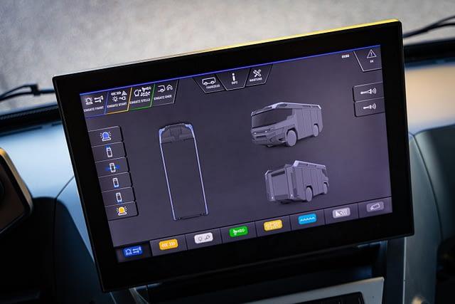 A 17 colos érintőképernyős kijelző segítségével mobil parancsnokságként is funkcionálhat az RT