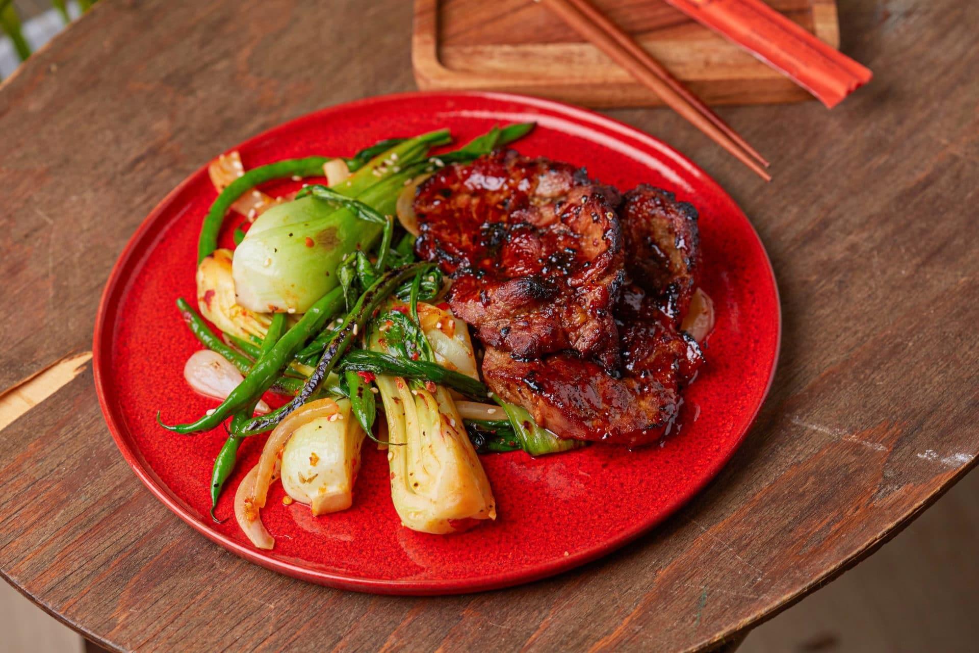 grillen szójás-mézes tarja, szezámos grill pok choi és zöldbab_2 (Egyedi)