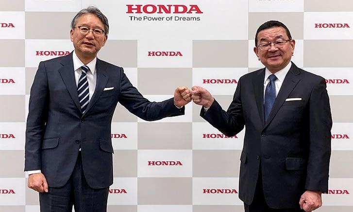 Toshihiro Mibe, a Honda új vezérigazgatója (baloldalt) elődjével Takahiro Hachigóval