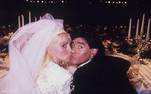 Diego Maradona és felesége Claudia Villafañe esküvőjükön Luna Park Stadiumban Buenos Airesben 1989. november 7-én