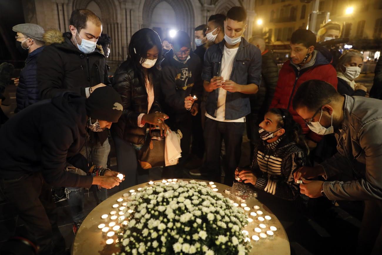 Nizza, 2020. október 29. Gyászolók mécseseket gyújtanak az áldozatok emlékére a nizzai Notre-Dame-bazilikánál 2020. október 29-én. Brahim Ausszaui 21 éves tunéziai bevándorló a reggeli órákban késsel támadt a bazilikában tartózkodó három emberre, egy idős nőt lefejezett, a sekrestyést és egy másik nőt halálosan megsebesített. MTI/EPA/Sebastien Nogier