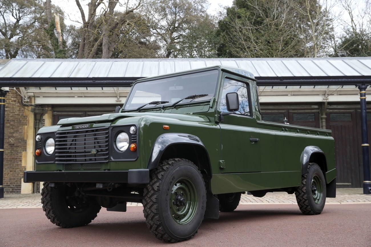 Windsor, 2021. április 15. A windsori kastélyban 2021. április 14-én készült kép egy Land Rover Defender 130 nevű katonai járműről, amelynek megtervezésében korábban a 99 éves korában elhunyt Fülöp edinburghi herceg, II. Erzsébet brit királynő férje személyesen segédkezett. A járművet az angliai Solihullban lévő Land Rover üzemben gyártották 2003-ban. Fülöp herceg maga kérelmezte, hogy az egyik ilyen járműben vigyék őt a végső nyughelyére. Fülöp hercegtől április 17-én vesznek végső búcsút a windsori kastély Szent György-kápolnájában. MTI/AP/PA/Pool/Steve Parsons