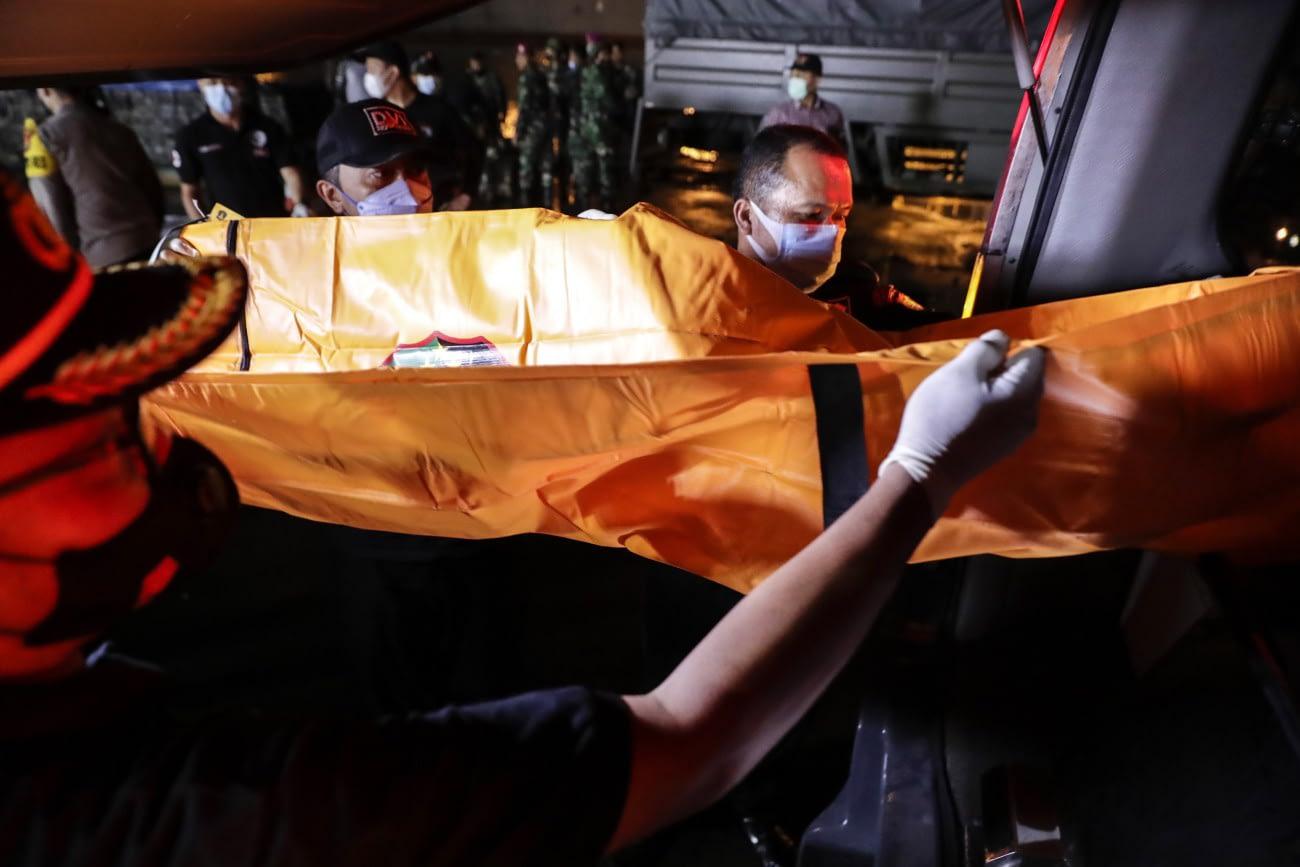 Jakarta, 2021. január 9. Hullazsákot visznek a mentőalakulat tagjai egy jakartai kikötőben 2021. január 9-én, miután röviddel a felszállás után a légi irányítók elvesztették a kapcsolatot a Sriwijaya Air indonéz légitársaság egyik belföldi járaton közlekedő Boeing737-500 típusú gépével, és az feltehetőleg a tengerbe zuhant. A fedélzeten 56 utas és hatfőnyi személyzet tartózkodott. Halászok géproncsokat találtak a tengerben, és szakértők vizsgálják, hogy azok az eltűnt gépről származnak-e. MTI/EPA/Mast Irham